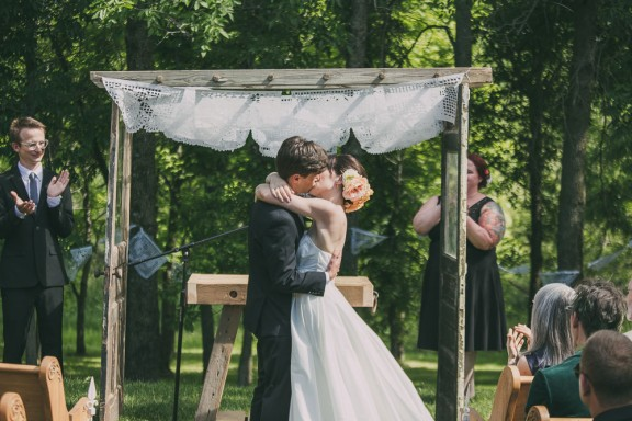 romantic-rocknroll-iowa-wedding_homespun-creative-133