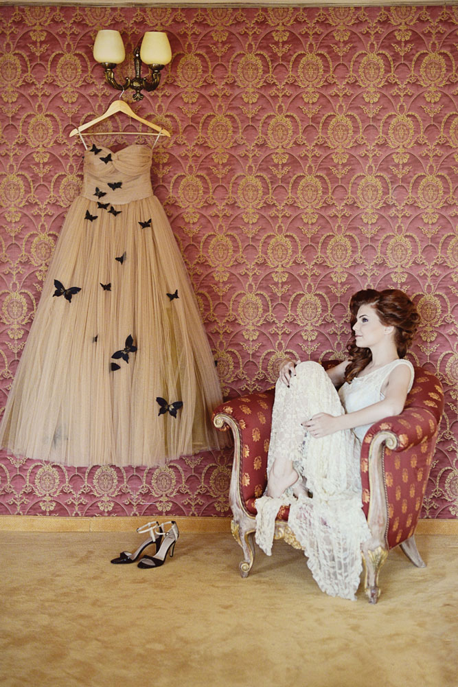Glamorous romanian wedding with the bride in a butterfly for Rock n roll wedding dress