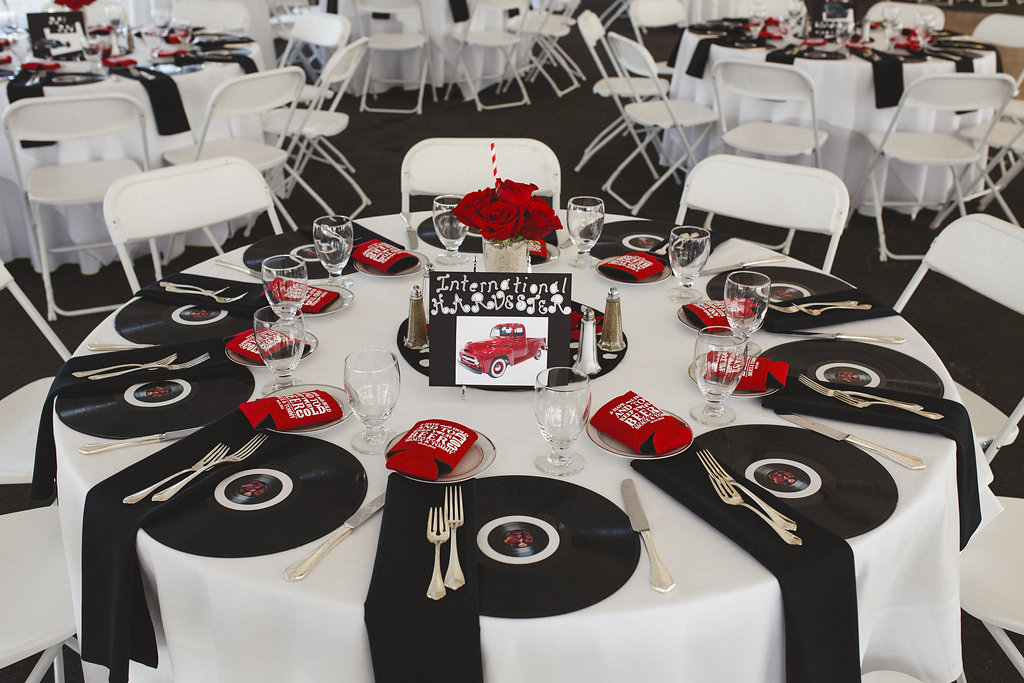 Rockabilly wedding with hot rods and rock n roll rock n roll bride - Rock n roll dekoration ...